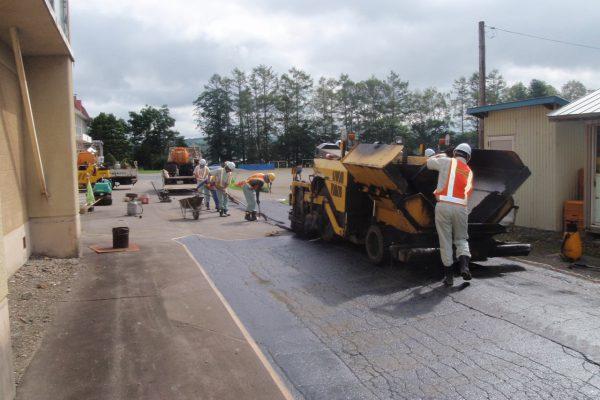 池田町立高島小で舗装ボランティア活動を実施しました。